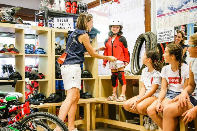 Noleggio bici e attrezzatura con partner di qualità: bici Commencal e protezioni Dainese